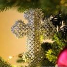 Suggestion de présentation : croix dorée suspendue dans le sapin